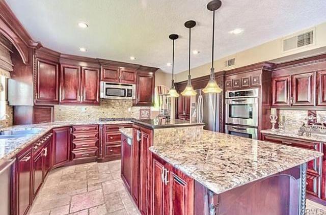 traditional-kitchen-with-appliance-garage-i_g-ISxf6r4guyrkt70000000000-iFnBD