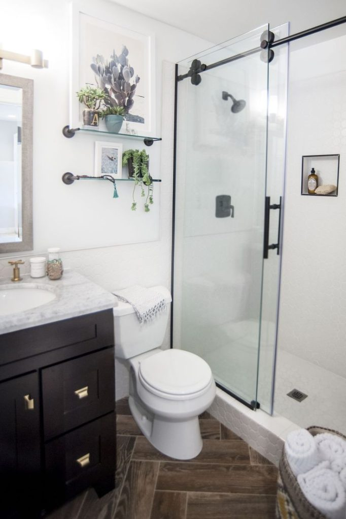 Small Bathroom: Contrasting Vanity